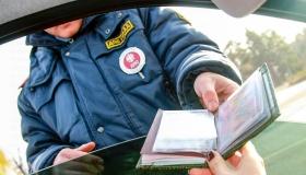 Какие документы водителю необязательно показывать сотрудникам ДПС