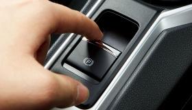Чем электрический стояночный тормоз лучше обычного ручника, а чем хуже?