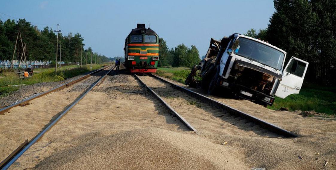 Фургон столкнулся степловозом нажелезнодорожном переезде вСарове Нижегородской области
